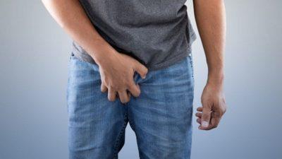 homem aflito com candidíase genital