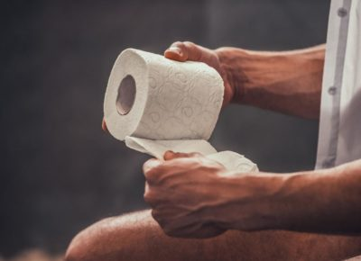 pessoa com papel higiênico sofrendo de candidíase no intestino