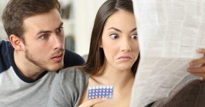 Casal lendo bula de remédios para candidíase