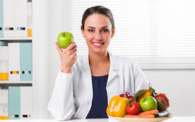 medica nutricionista mostrando alimentos