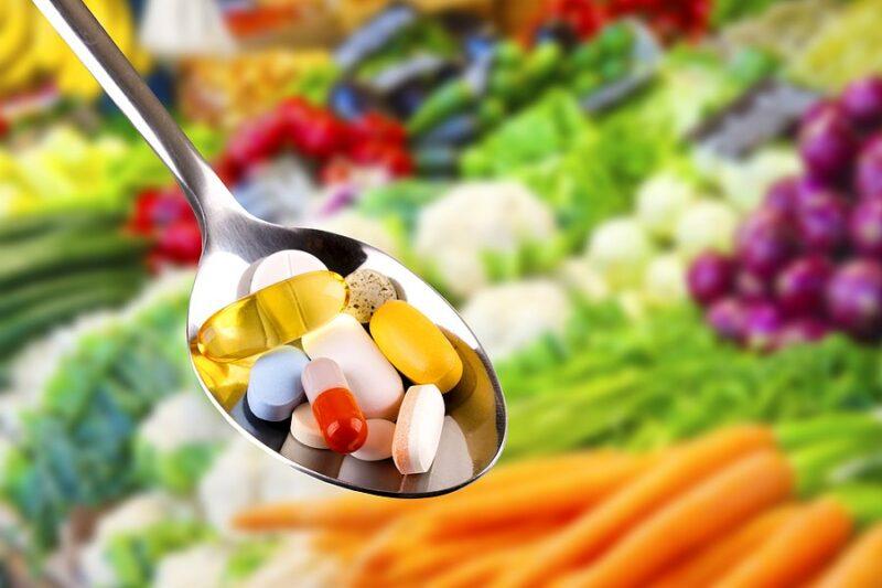 colher com remédios e alimentos para candidiase