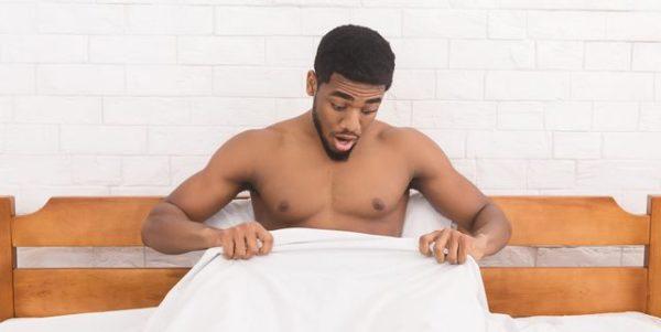 homem olhando a região genital