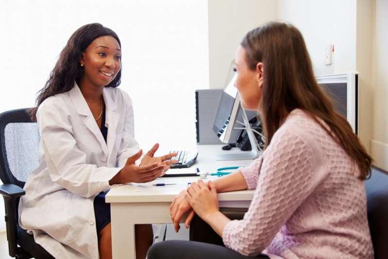 medica conversando com paciente
