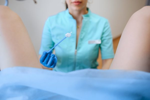 médica fazendo teste vaginal em paciente