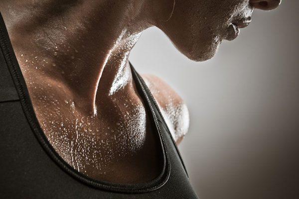 mulher transpirando após exercicios