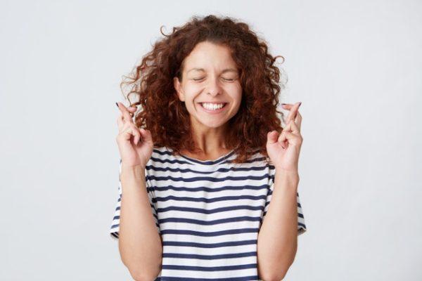 mulher fazendo figas com os dedos
